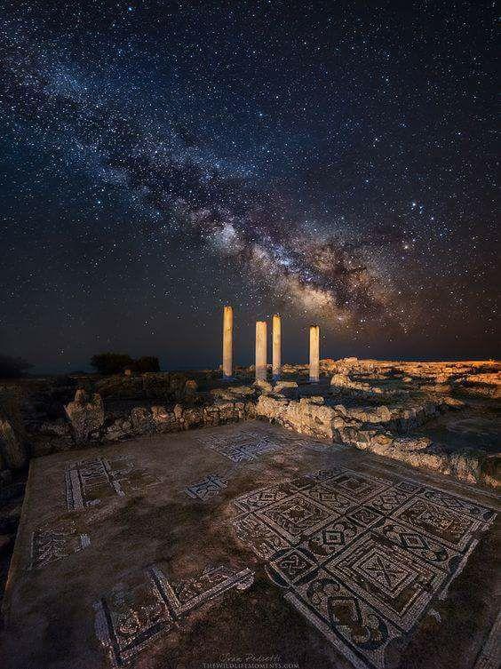 Cudowne zdjęcie ruin willi rzymskiej w Nora