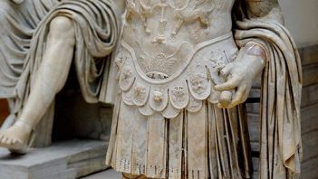 Statue showing armored emperor Titus Flavius