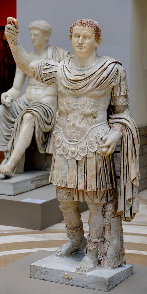 Statua ukazująca opancerzonego cesarza Tytusa Flawiusza