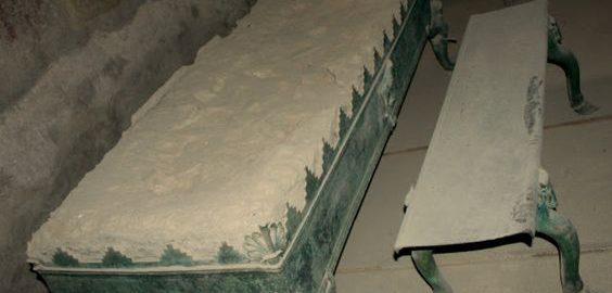 Rzymski koksownik i ławka do siedzenia