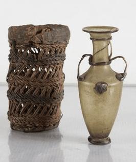 Rzymska szklana amfora i kosz