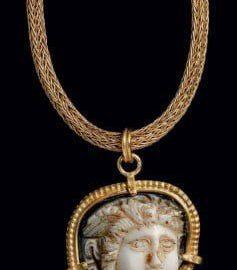 Dwuwarstwowa kamea ukazująca Meduzę