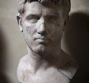 Rzymskie marmurowe popiersie młodego mężczyzny
