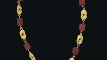 Wonderful Roman necklace made of gold and carnelian