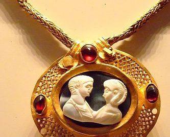 Rzymski złoty naszyjnik z reliefem