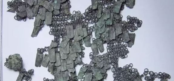Fragment zachowanego pancerza lorica plumata