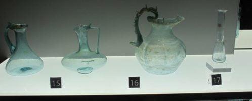 Kolekcja rzymskich szklanych naczyń w zbiorach Muzeum na Zamku Colchester, wzniesionego na fundamentach świątyni Klaudiusza