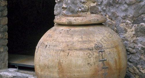 Wielkie rzymskie gliniane naczynie w Pompejach