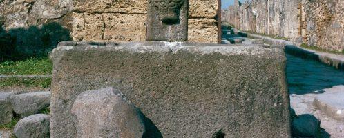 Roman fountain in Via della Fortuna