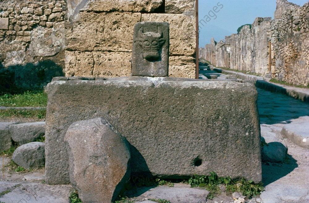 Rzymska fontanna przy Via della Fortuna