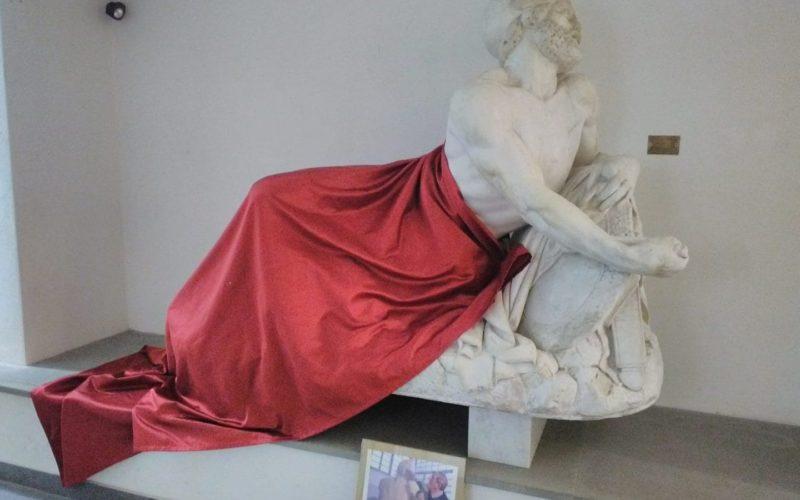 Statua ukazuje umięśnionego i nagiego tebańskiego wojskowegoEpaminondasa, który na przełomie IV i III wieku p.n.e. stworzył potęgę miasta-państwa Teb na terenie Półwyspu Apenińskiego