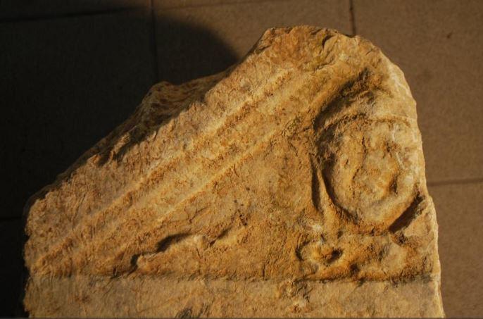 Głowa Meduzy wieńcząca stelę weterana z legionu
