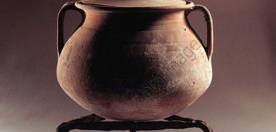 Rzymski statyw z terakotą