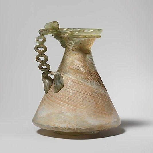 Szklane rzymskie naczynie z łańcuszkowym uchwytem. Obiekt datowany na III wiek n.e.