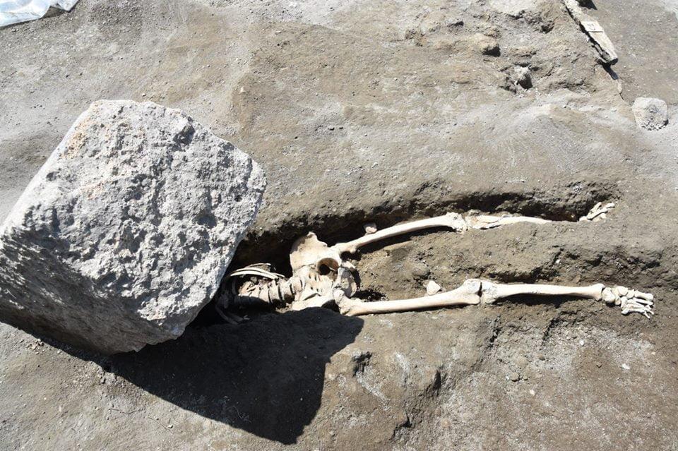 Szkielet rzymski przygnieciony przez kamień