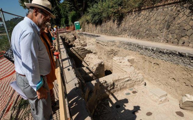 Archeolodzy oglądający pozostałości rzymskiej budowli - prawdopodobnie wczesnego kościoła