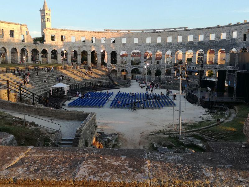 Środek amfiteatru w Puli wraz z przygotowaną sceną na wydarzenie