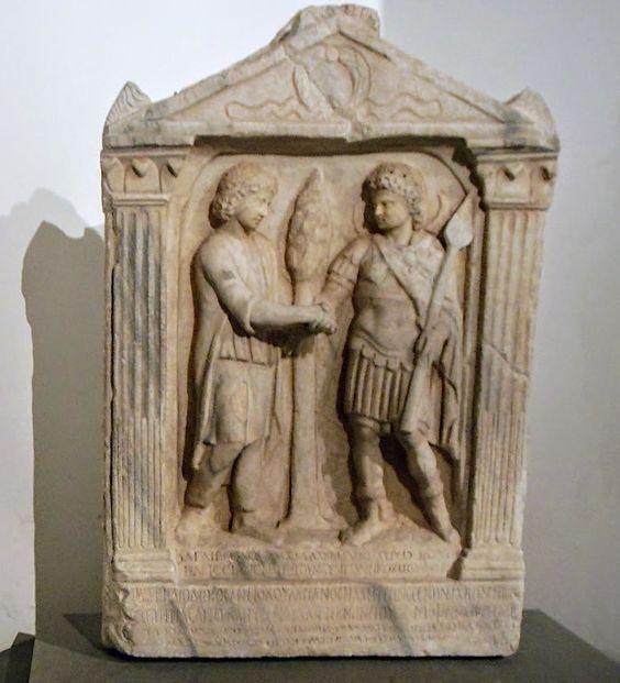Nagrobek rzymski zlokalizowany w Muzeach Kapitolińskich w Rzymie. Relief ukazuje dwóch mężczyzn w klasycznym uścisku dłoni