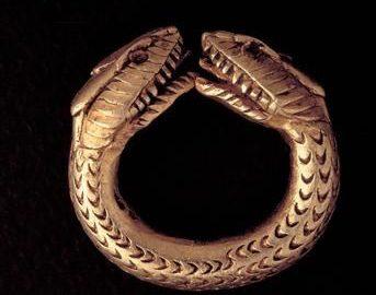 Przepiękny rzymski pierścień z głowami węży