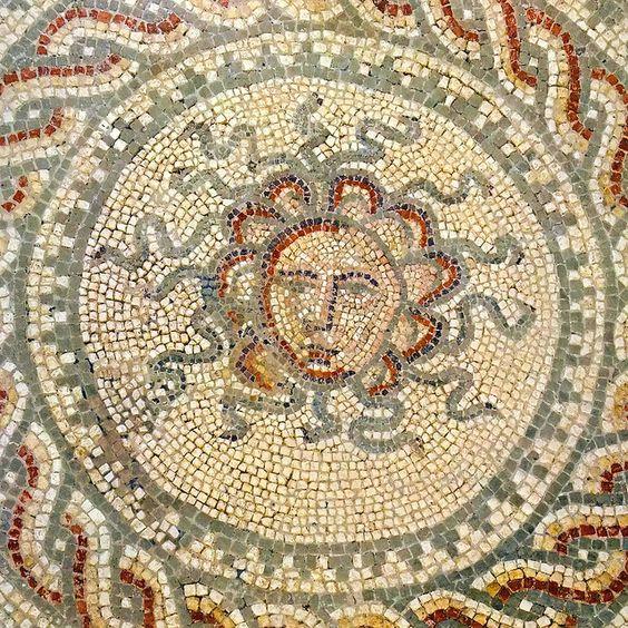 Głowy Meduzy na rzymskiej mozaice