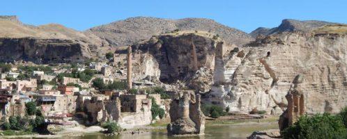 Widok na starożytne rzymskie miasto Hasankejf (Turcja) wykute w skale