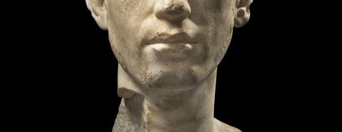 Marmurowa głowa rzymskiego młodzieńca