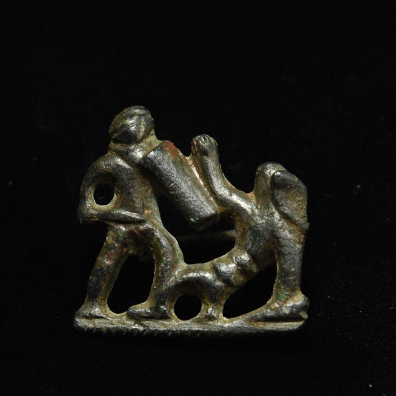 Rzymska ozdoba ukazująca walkę gladiatorów