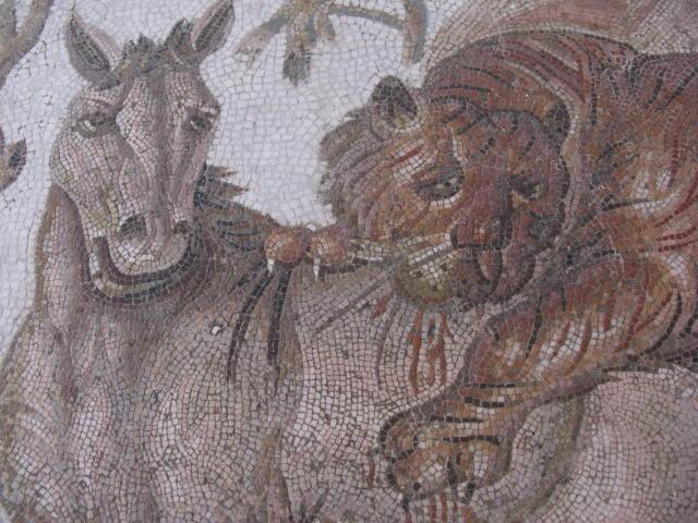 Mozaika prezentująca tygrysa atakującego konia