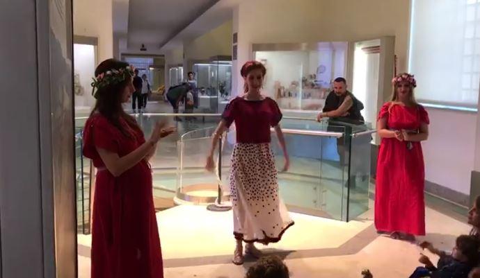 Pokaz tańca etruskiego w Muzeum Villa Giulia w Rzymie
