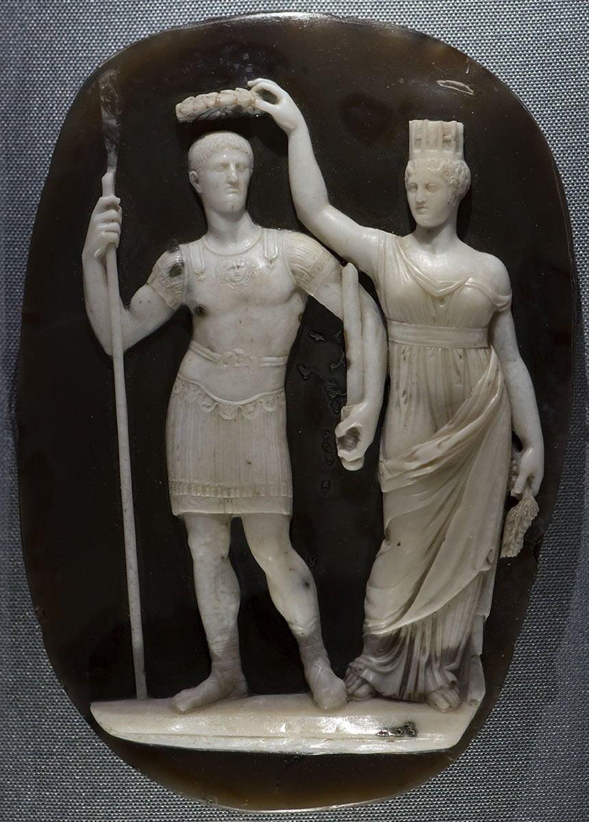 Konstantyn I oraz Tyche na dekorowanym artefakcie