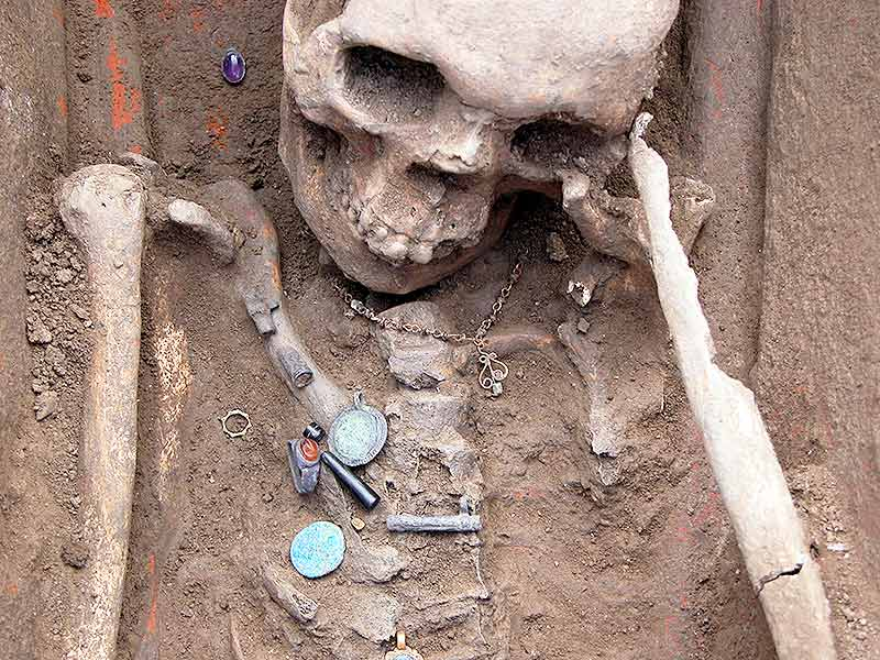 Skeleton of Roman woman with jewelry