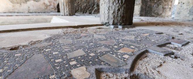 Brytyjka przyłapana na usunięciu elementu z rzymskiej mozaiki w Pompejach