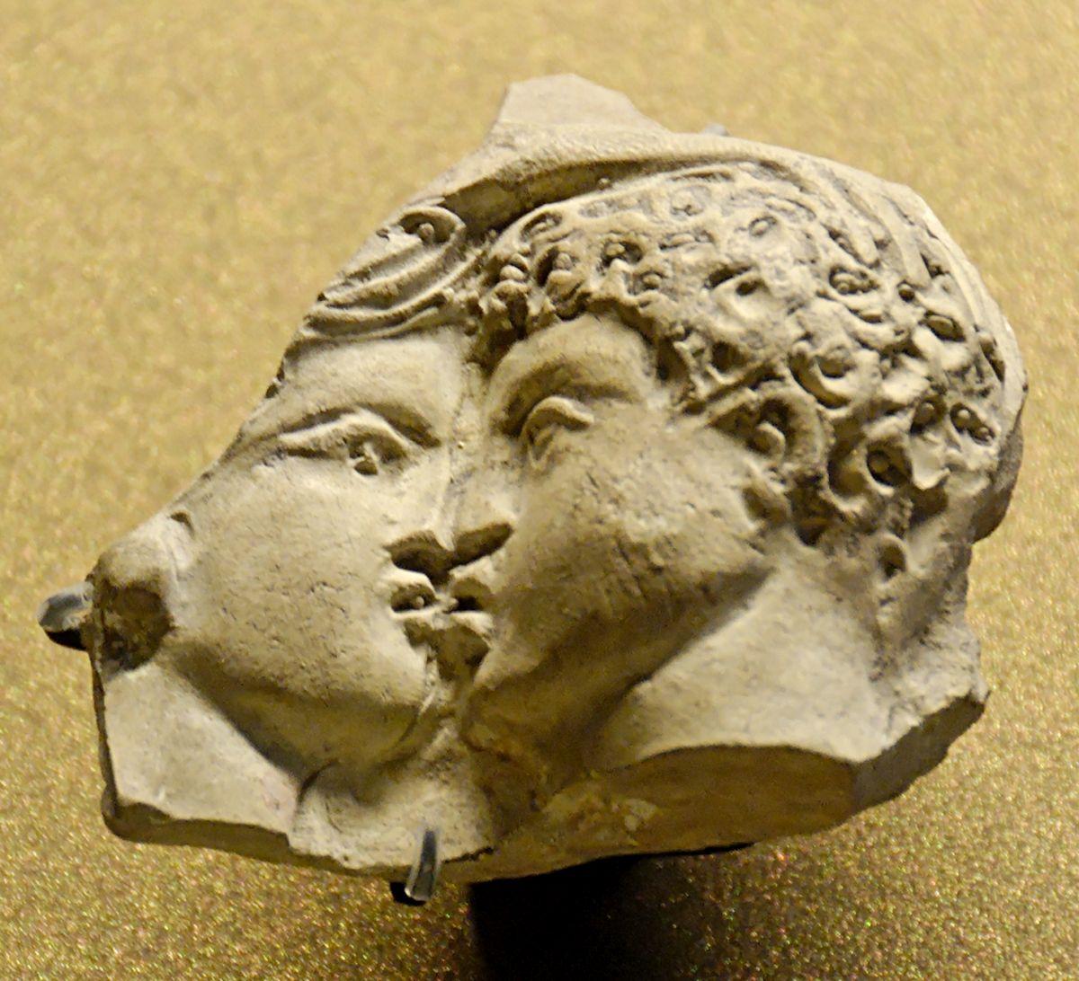 Rzymski fragment gliny z dekoracją reliefową, przedstawiający całującą się parę.