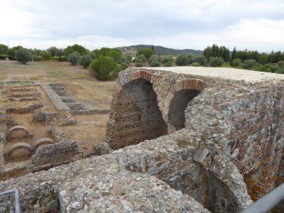 Widok z piętra na pozostałości po termach w Sao Cucufate