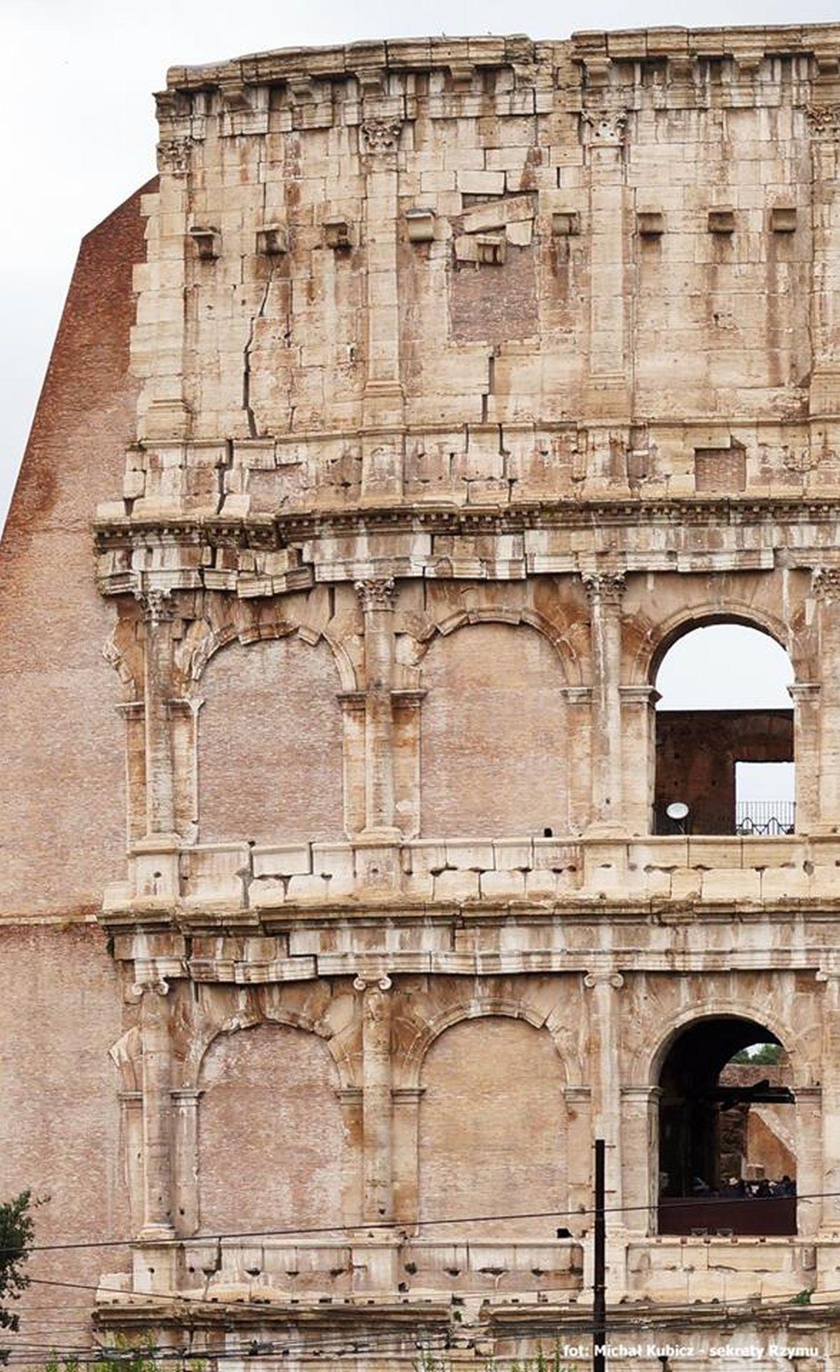 Widoczne uszkodzenie Koloseum, spowodowane trzęsieniem ziemi