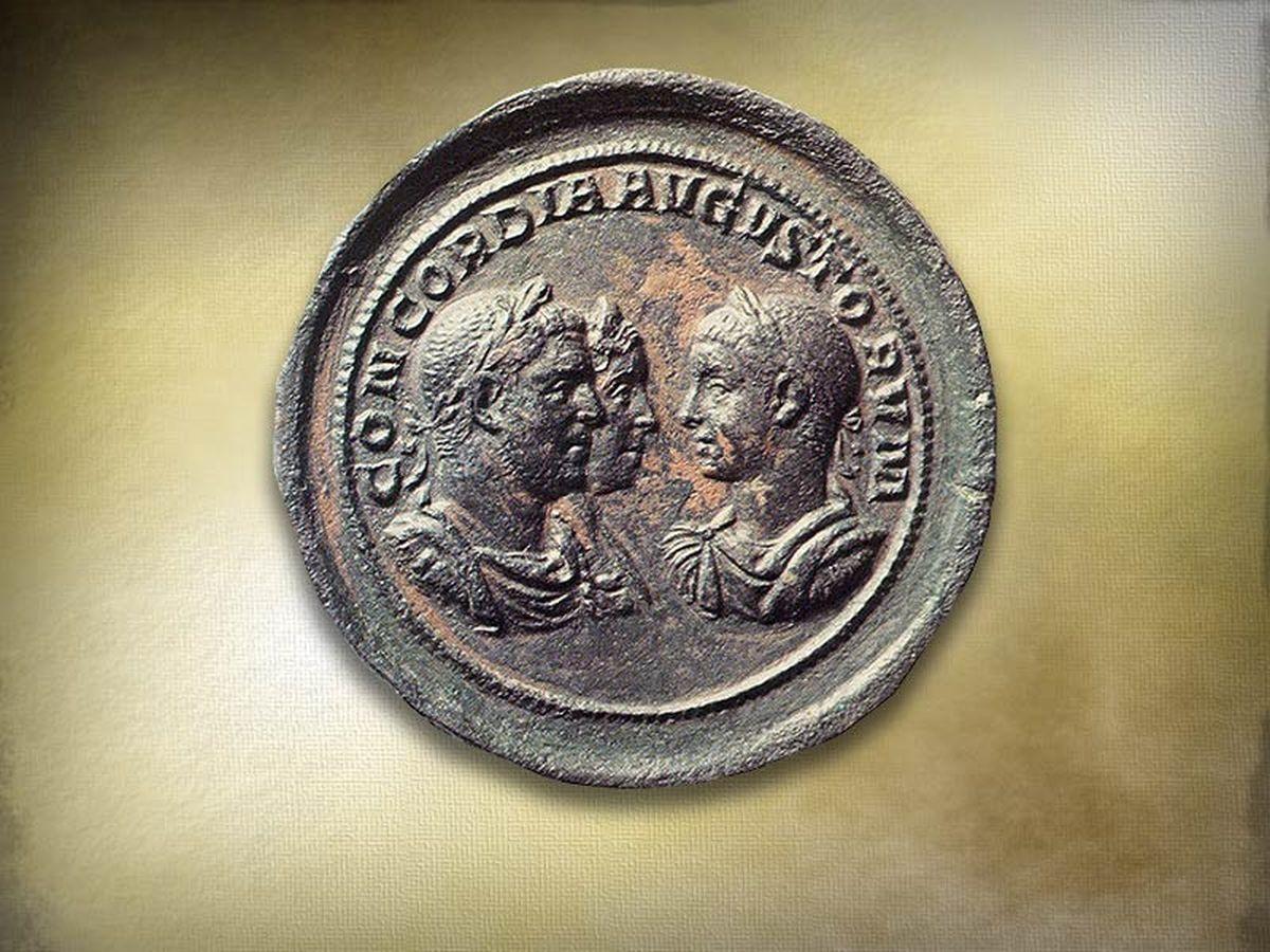 Rzymska moneta z trzema cesarskimi wizerunkami