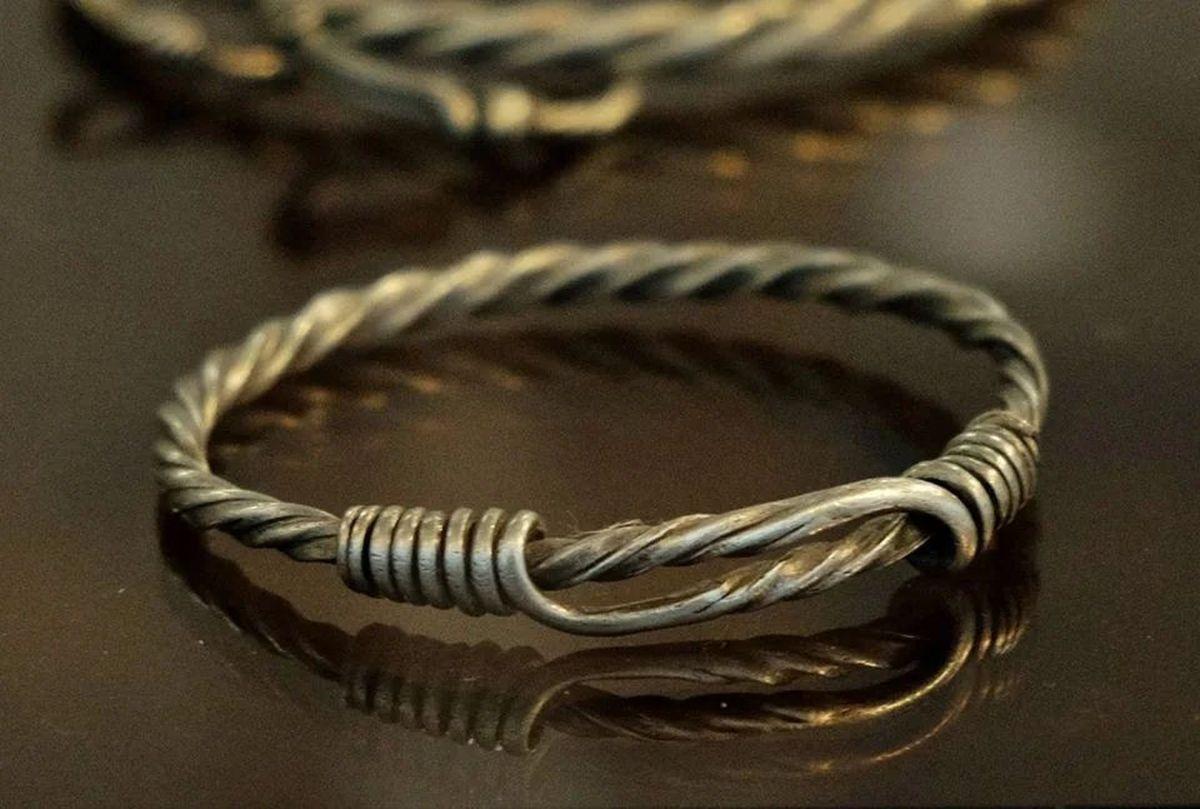 Rzymska bransoletka wykonana ze skręconego srebrnego drutu
