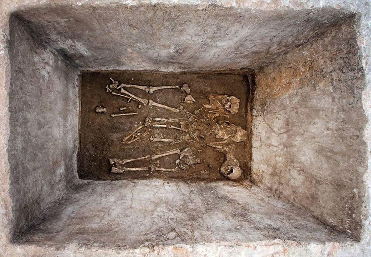 Szkielety Rzymian wewnątrz grobowca rodzinnego