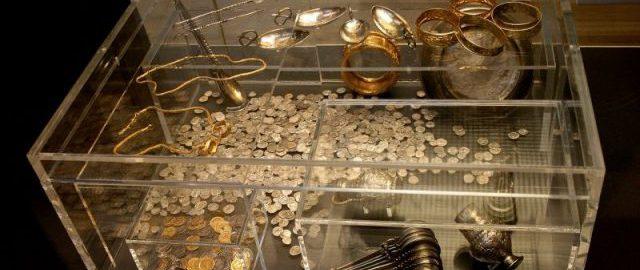 Skarb z Hoxne na ekspozycji. Gablota ukazuje jak wygląda skrzynia ze skarbami