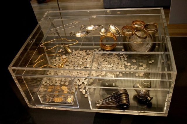 Hoxne's treasure on display. The showcase shows how the treasure chest looked like