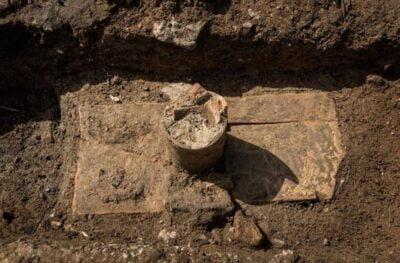 Zachowana szyjka amfory - bez dna - przez którą składano zmarłemu ofiarę bezpośrednio do grobu