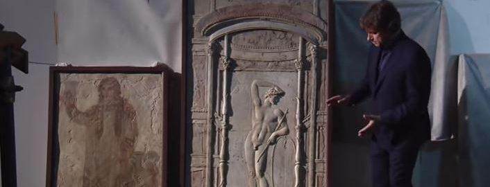Film ukazujący artefakty z magazynu w Muzeum Archeologicznym w Neapolu