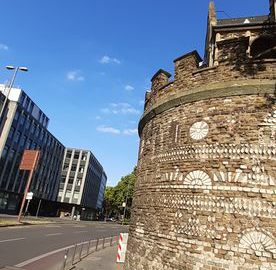 Zachowana wieża rzymska w Kolonii z widocznymi zdobieniami