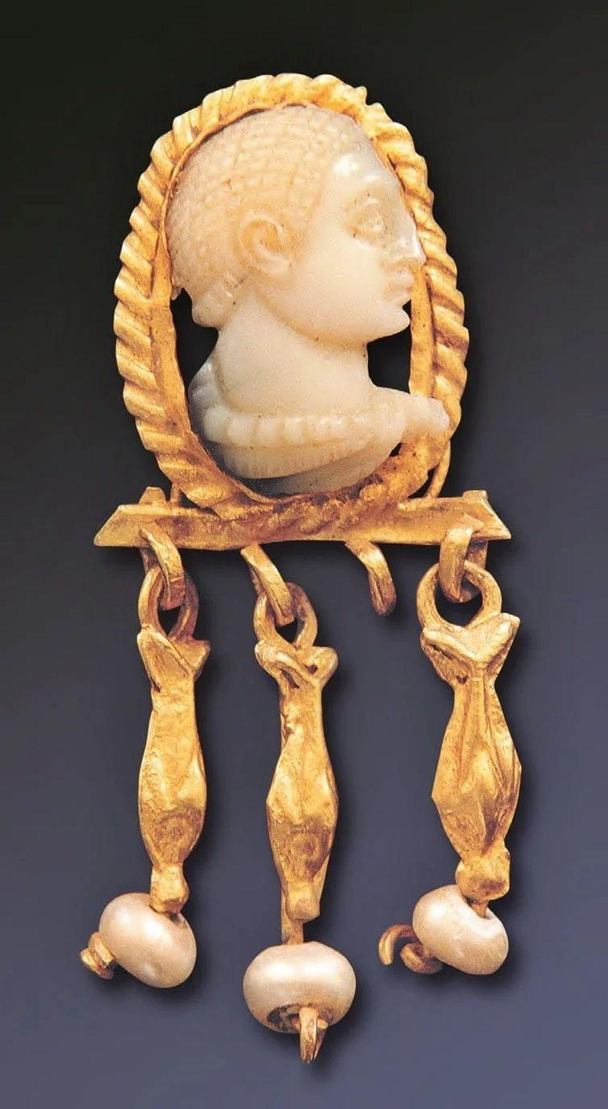 Piękny rzymski kolczyk z twarzą mężczyzny