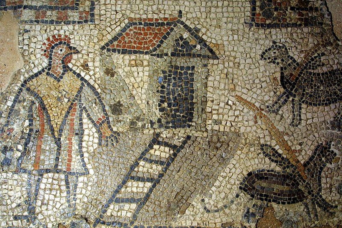 Mężczyzna z głową koguta na mozaice