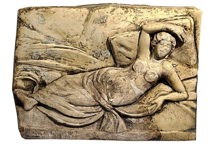 Śpiąca Ariadna na rzymskiej płaskorzeźbie
