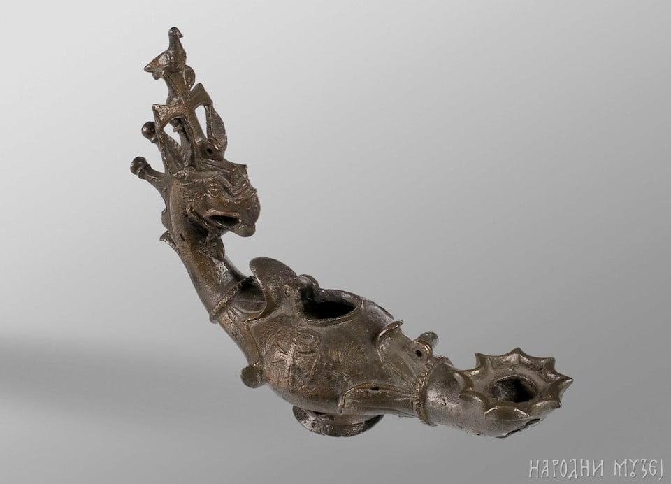 Rzymska lampa oliwna w kształcie gryfa