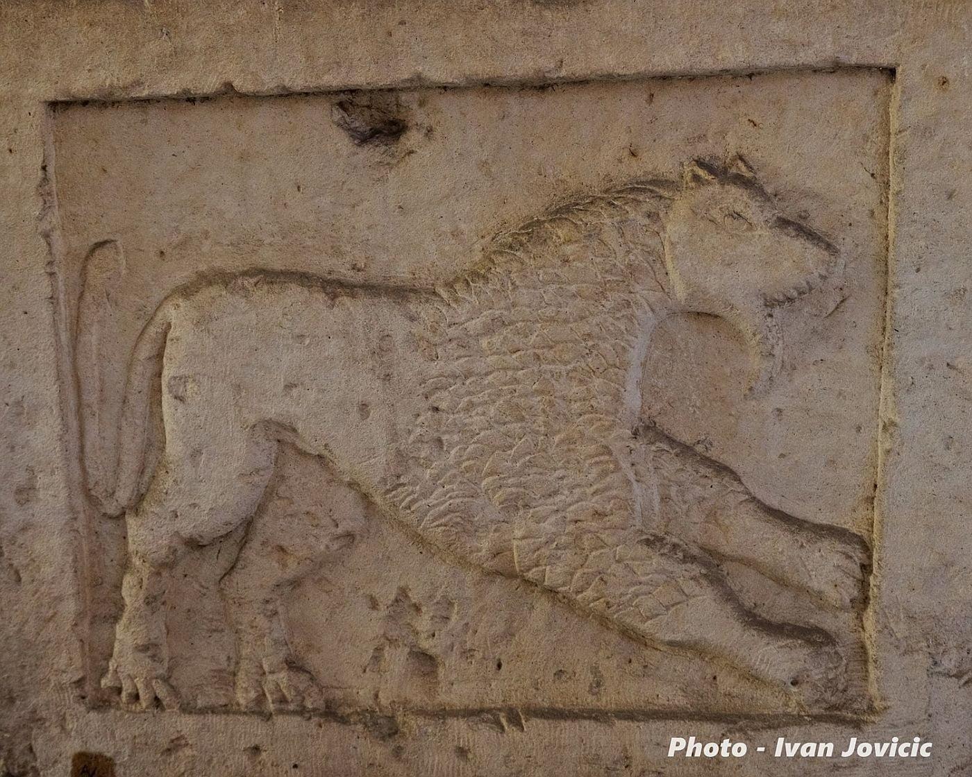Rzymski relief ukazujący lwa lub wilka