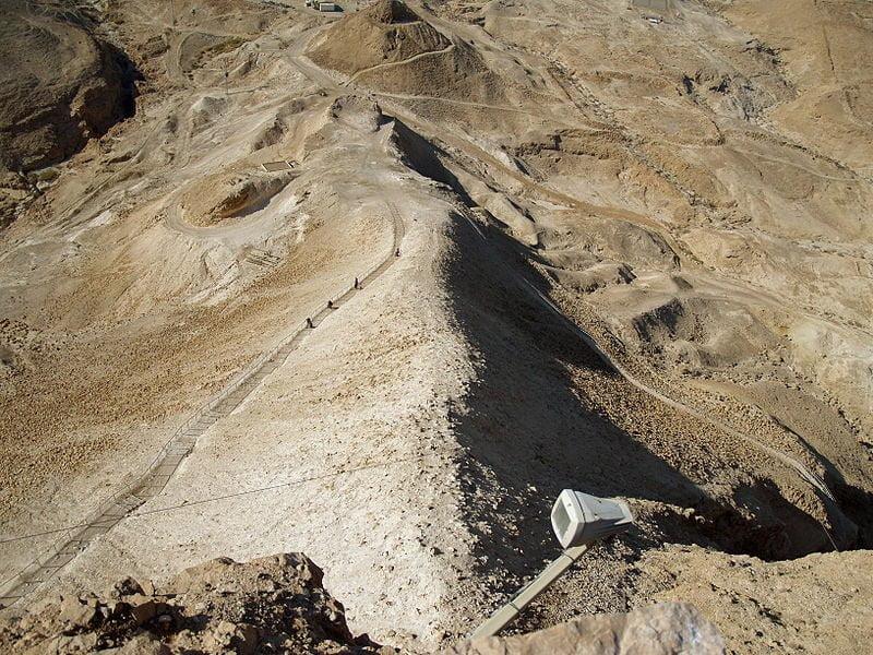 Zdjęcie ukazujące rampę powstałą w celu dokonania szturmu na Masadę