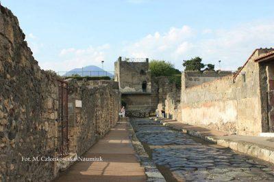 Częściowo zrekonstruowana Wieża XI – widok od strony miasta, z Via Mercurio